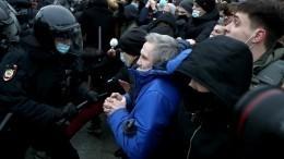 Участник незаконной акции вПетербурге разбил бутылкой стекло авто ГИБДД— видео