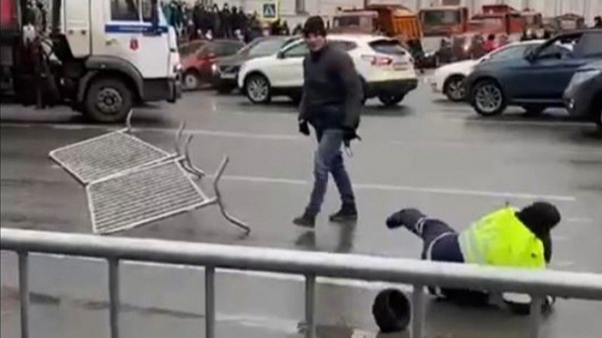 Напавший насотрудников ДПС вПетербурге задержан— видео