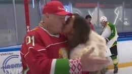 «Родненький батька!»— фанатка поцеловала вгубы Александра Лукашенко— видео