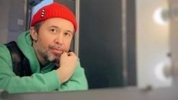 «Время идет надни»: солист группы 5'nizzа Сергей Бабкин признался, что слепнет