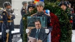 «Онменя учил»: Песков проводил впоследний путь бывшего вице-премьера Приходько
