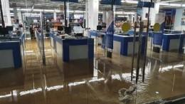 Ушел под воду целый этаж: видео потопа вярославском торговом центре