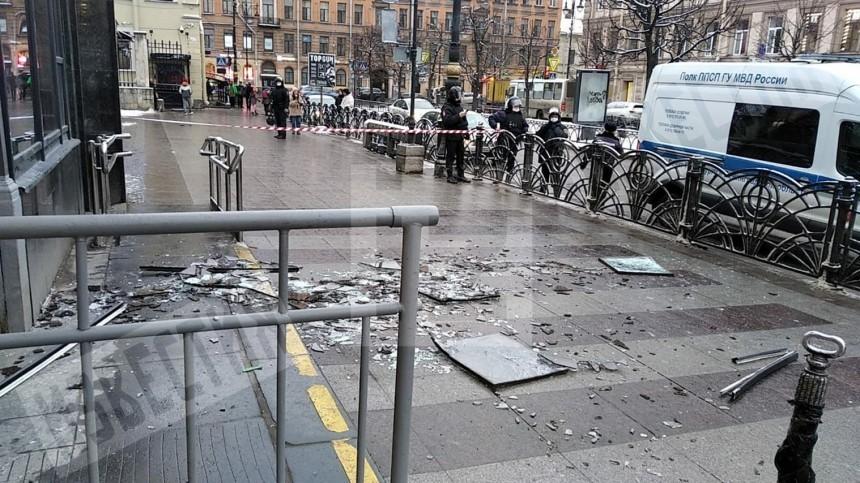 Хлопком вынесло стекла вестибюля метро «Чернышевской» вПетербурге— момент попал навидео