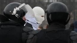Видео нападения участников незаконной акции наполицейских вцентре Петербурга
