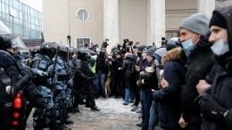 Участники незаконной акции атаковали такси вцентре Москвы— видео