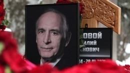 Вдова Ланового забрала смогилы актера похоронное фото