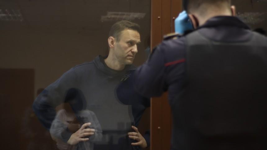 «Недоживет доконца процесса!»— Навальный насуде опотерпевшем фронтовике
