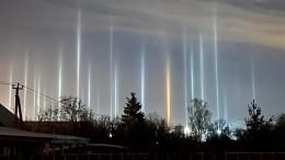 «Световые столбы» возникли вморозном небе над Петербургом— фото