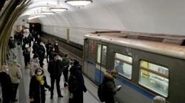 Упавшего нарельсы метро мужчину спас полицейский вМоскве— видео