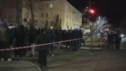 Видео: Жители собрались уздания РОВД вМахачкале, где застрели экс-главу дагестанского села