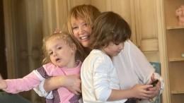 Заперлась взамке: Лиза иГарри Галкины без Пугачевой разносили подарки соседям