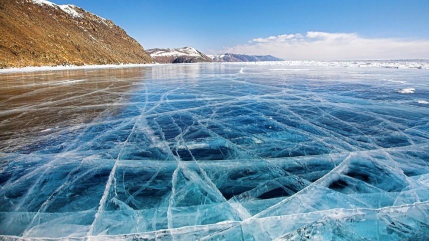 Иркутянин прокатился позамерзшему Байкалу под «космический» треск льда— видео