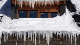 Упавшая скрыши лавина снега чуть неубила ребенка вПриморье