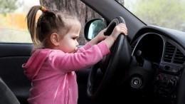 Злостный нарушитель ПДД вПетербурге посадил заруль маленькую дочь