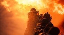 Сильный пожар охватил рынок вАдлере— видео