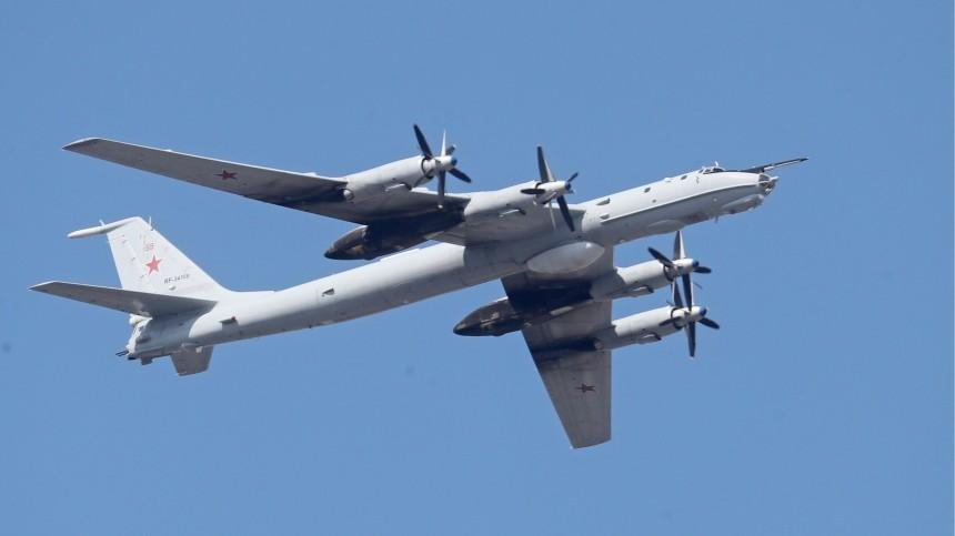 Военный самолет Ту-142 совершил аварийную посадку сотказавшим двигателем