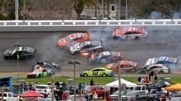 Массовая авария с16 автомобилями вгонке NASCAR попала навидео