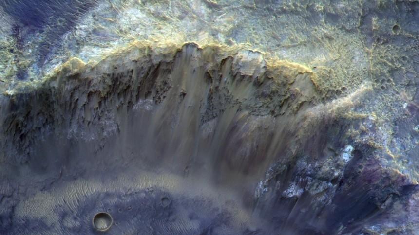 «Роскосмос» опубликовал цветное фото марсианского кратера