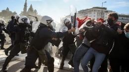 Греческие студенты атаковали полицию фейерверками ипетардами