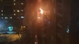 Видео: Крупный пожар охватил одну изквартир многоэтажки наюге Петербурга