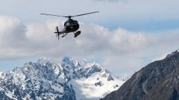 Уникальные кадры: Как летчик спас лыжника сосклона, рискуя жизнью