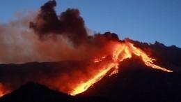 Потоки раскаленной лавы ивзрывы: видео извержения вулкана Этна наСицилии