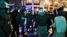 Разбивали витрины ижгли баки: Волна протестов прокатилась поКаталонии