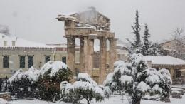 Европу завалило: снегом покрыт Некрополь вГреции, вАмстердаме появились «моржи»