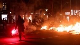 Видео: Полицейские применяют резиновые пули идубинки против митингующих вИспании