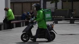 «Это багаж»: доставщик еды «припарковал» мопед всалоне трамвая вМоскве