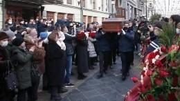 Видео: гроб стелом Андрея Мягкова вынесли изМХТ имени Чехова под аплодисменты