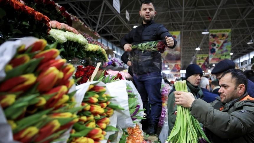 Таможенники пообещали россиянам «море» цветов к8Марта