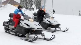 Путин иЛукашенко прокатились нагорных лыжах иснегоходах вСочи— видео