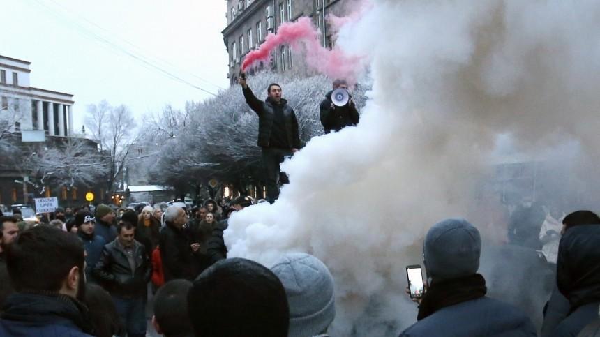 Тысячи жителей Еревана вышли наулицы итребуют отставки Пашиняна— видео