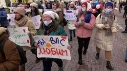 Активистки «Молодой Гвардии» поздравили мужчин «Горячим женским маршем» вМоскве