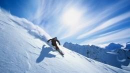 Экстремальное падение лыжника ввосьмиметровую яму вгорах Сочи попало навидео