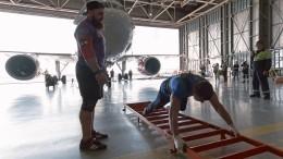 Петербуржец за52 секунды протащил начетыре метра 40-тонный самолет