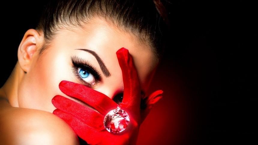 Звезда «Битвы экстрасенсов» рассказала, какой цвет глаз приносит удачу