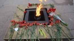 Две девушки погасили Вечный огонь наМарсовом поле вПетербурге