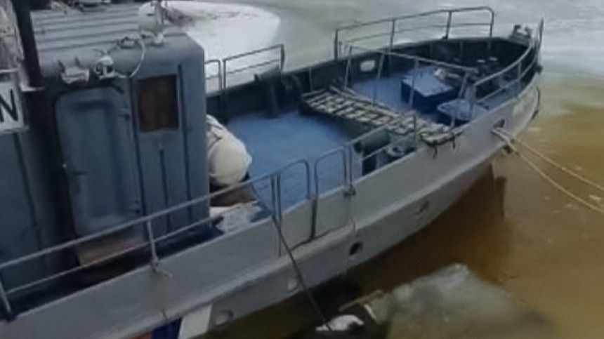 ВПетербурге спасают тонущий катер Росприроднадзора— видео