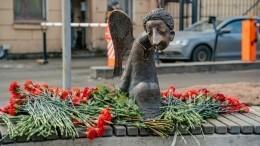 Памятник погибшим впандемию медикам установили вПетербурге