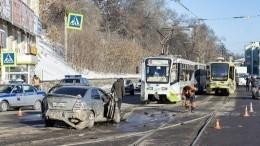 Неуправляемый трамвай вИркутске снес девять автомобилей— видео