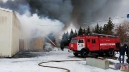 Видео мощного пожара, охватившего склад под Оренбургом наплощади 3000 квадратных метров