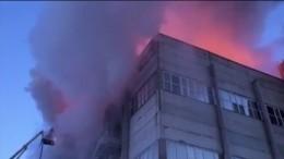 Видео: мужчина выпал изокна вовремя пожара вздании НИИвЕкатеринбурге