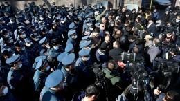 Стычки между митингующими иполицией начались вЕреване