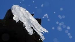 Огромная глыба льда убила прохожего вПетрозаводске— видео