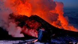 Фото недели: хоккейный матч наБайкале иизвержение вулкана наКамчатке