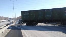 Железнодорожный вагон сошел срельсов иперекрыл дорогу ваэропорт вТюмени— кадры сместа