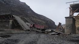 Мост рухнул под движущимся самосвалом вДагестане— видео