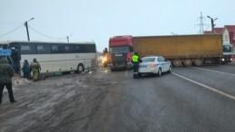 Пассажирский автобус врезался вфуру под Рязанью. Есть пострадавшие— видео
